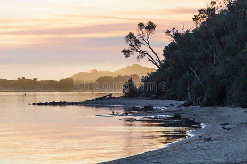 Solnedgång på den snöig flodbreda flodmynningen, Victoria, Australien fotografering för bildbyråer