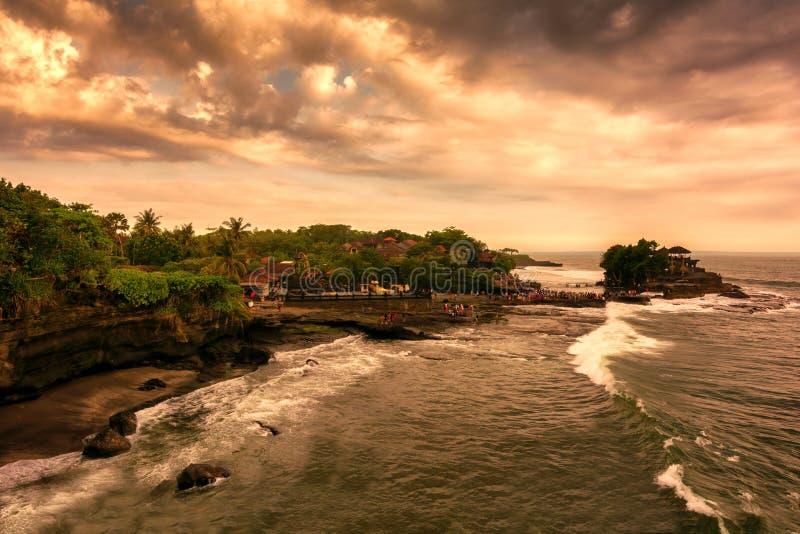 Solnedgång på den Tanah lotttemplet, Bali royaltyfria bilder