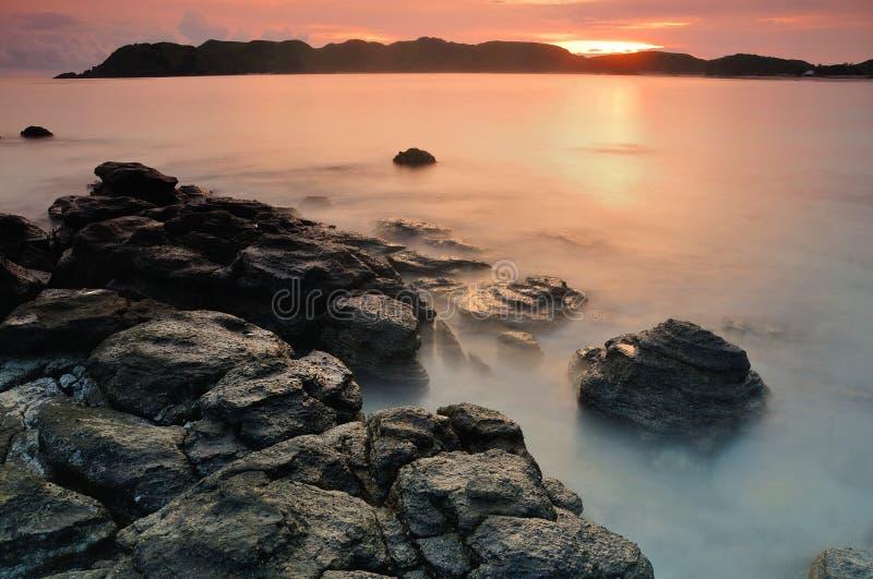 Solnedgång på den Tanjung Aan stranden royaltyfri fotografi