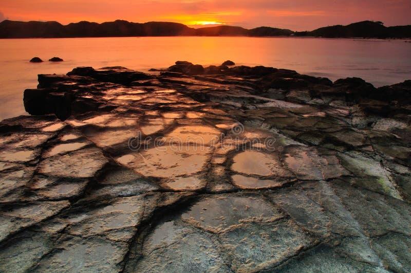 Solnedgång på den Tanjung Aan stranden arkivbild