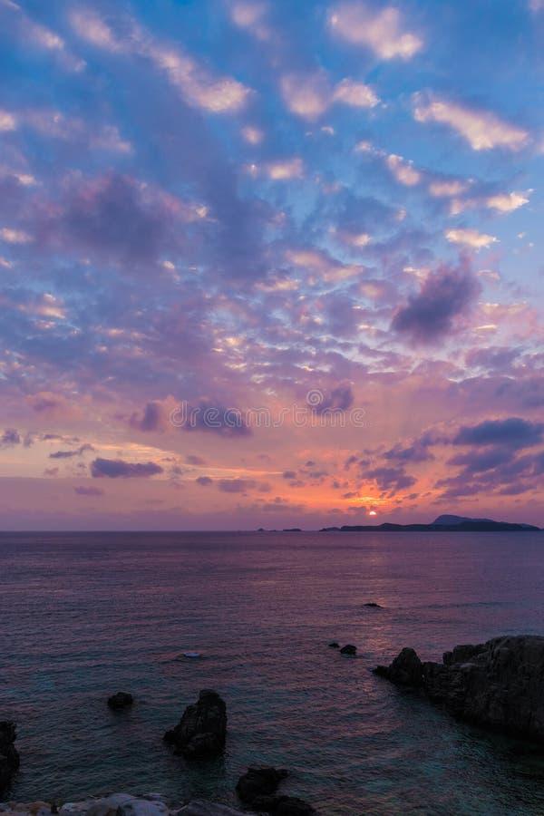 Solnedgång på den Tokashiki ön fotografering för bildbyråer