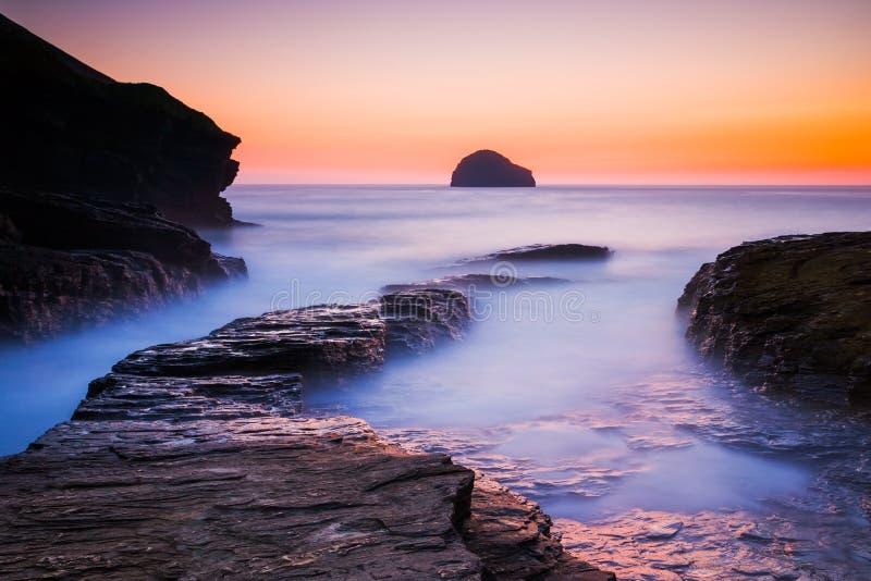 Solnedgång på den Trebarwith tråden Cornwall royaltyfri foto