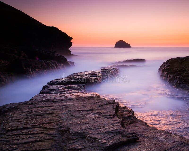 Solnedgång på den Trebarwith tråden Cornwall arkivbild