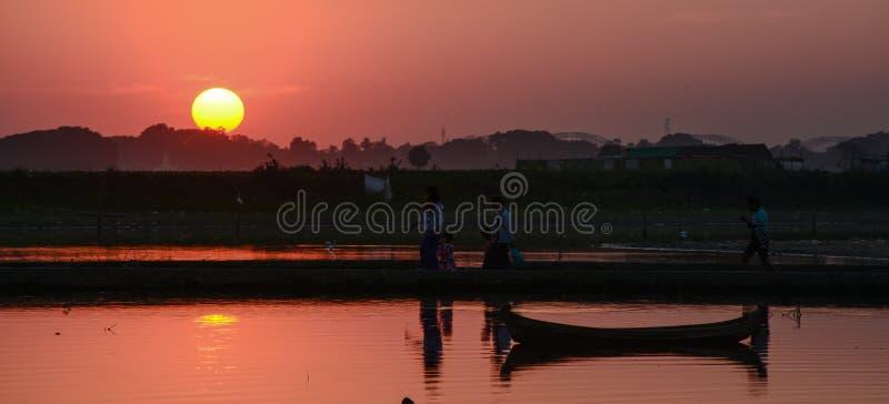 Solnedgång på den Ubud bron, Mandalay, Myanmar fotografering för bildbyråer