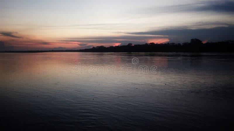 Solnedgång på den Ucayali floden - Pucallpa-Peru royaltyfri bild
