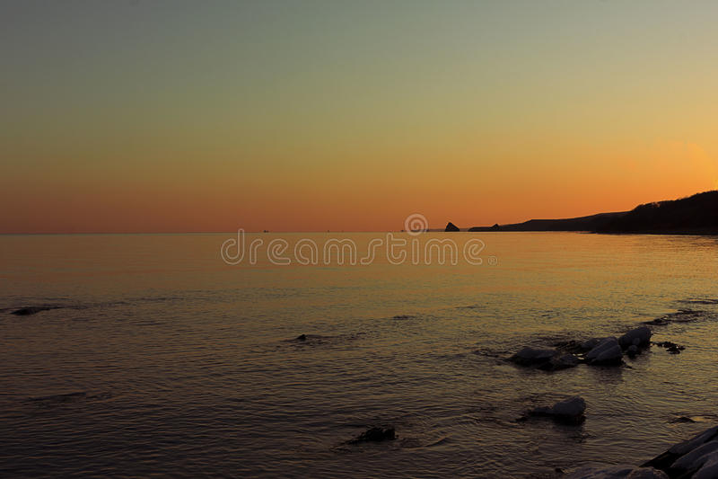 Solnedgång på den Ussuri fjärden arkivfoto