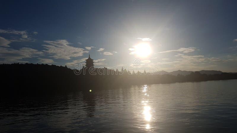Solnedgång på den västra sjön royaltyfri bild