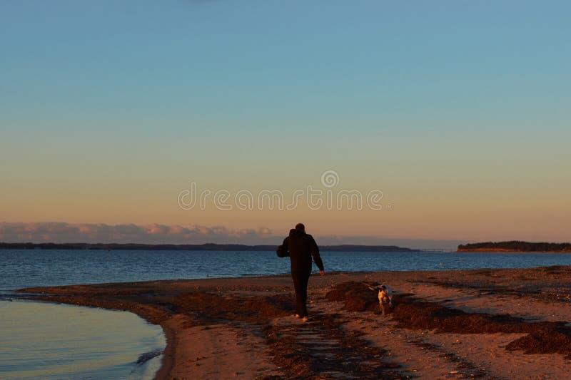 Solnedgång på den Vadum stranden i Salling, Danmark - serie arkivbilder