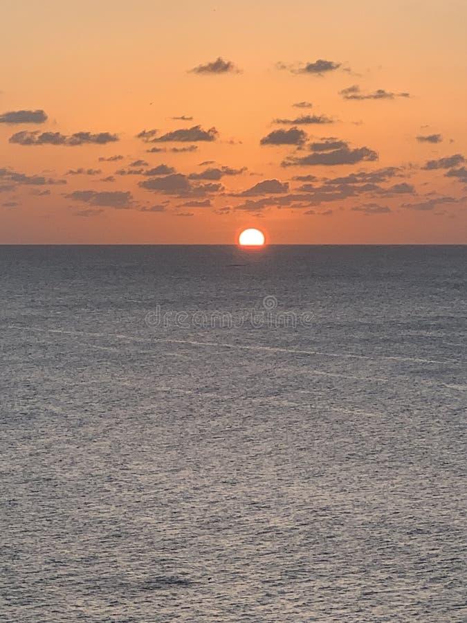 Solnedgång på den varma dagen för hav royaltyfria bilder