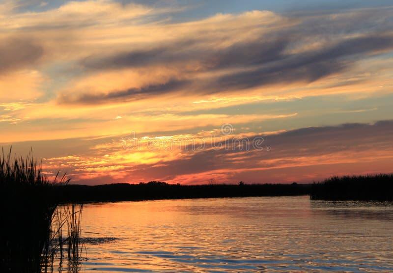 Solnedgång på den vita gyttjafloden, Manitoba arkivfoton