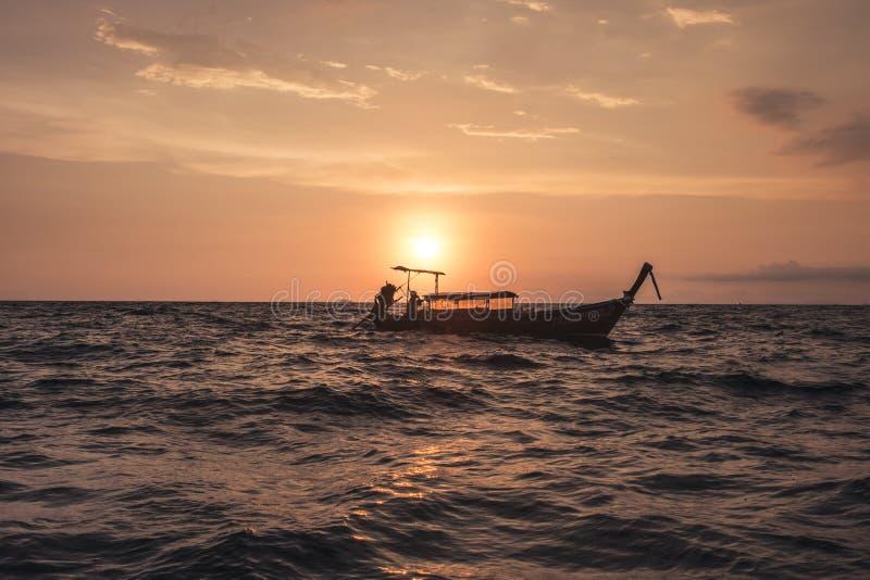 Solnedgång på det Andaman havet royaltyfri bild