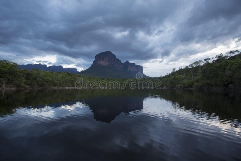 Solnedgång på det Auyantepui berget i den Canaima nationalparken arkivbild
