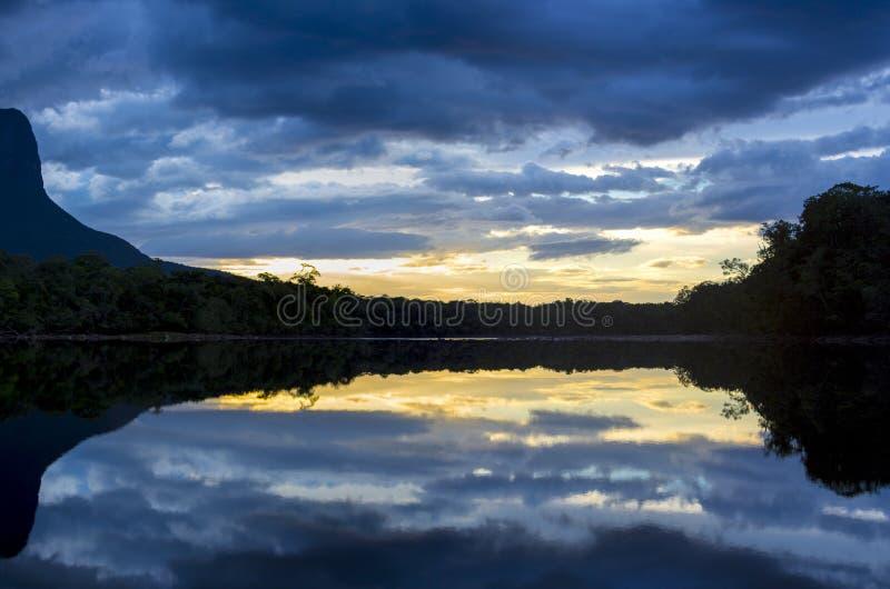 Solnedgång på det Auyantepui berget i den Canaima nationalparken fotografering för bildbyråer