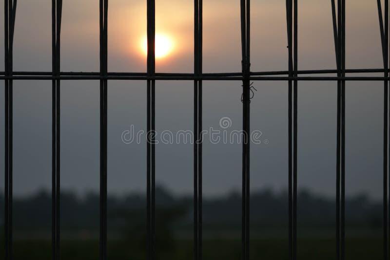 Solnedgång på det behind arkivfoto