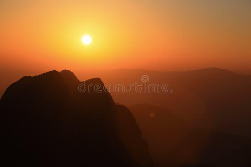 Solnedgång på det Chiangdao berget, Chiangmai: Thailand arkivfoto