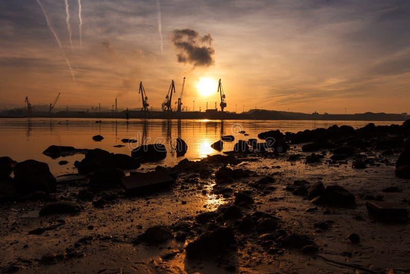 Solnedgång på det industriella landskapet royaltyfri foto