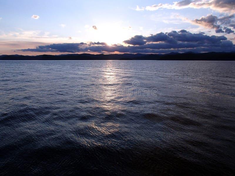 Solnedgång på det mörka havet arkivbilder