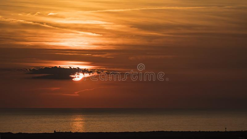 Solnedgång på det Tuscan havet royaltyfri bild