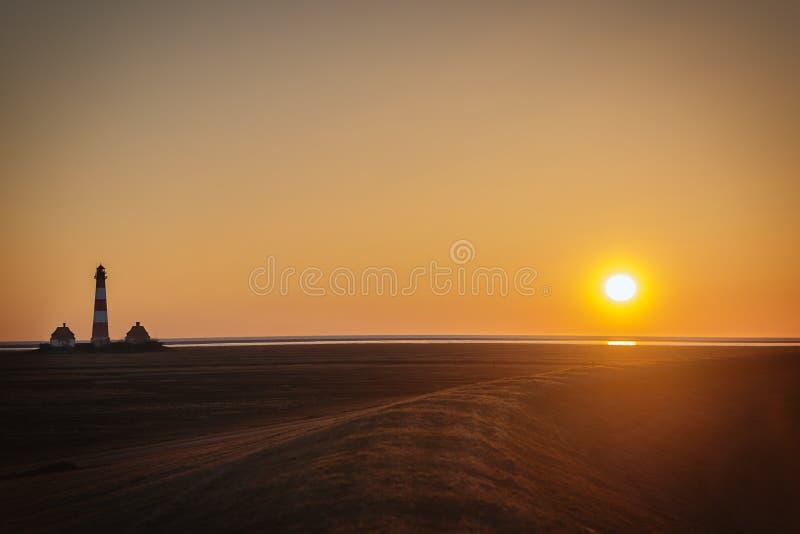 Solnedgång på diket av Westerhever arkivfoton