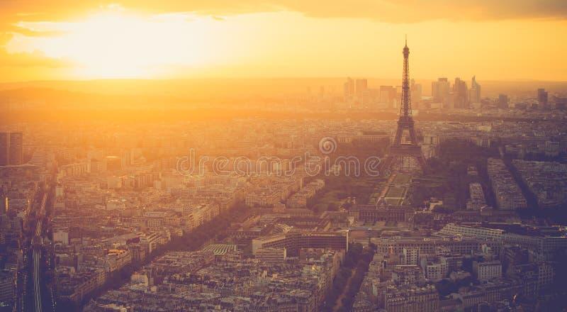 Solnedgång på Eiffeltorn i Paris med tappningfiltret fotografering för bildbyråer