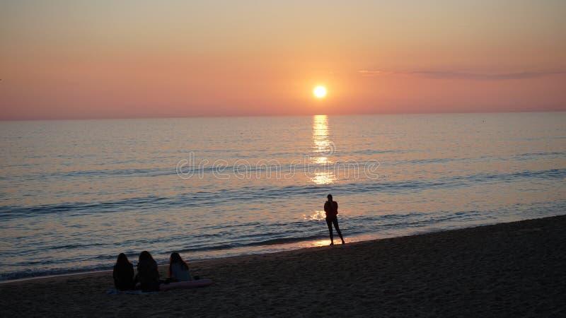Solnedgång på en älskvärd strand i Portugal, Algarve arkivfoto