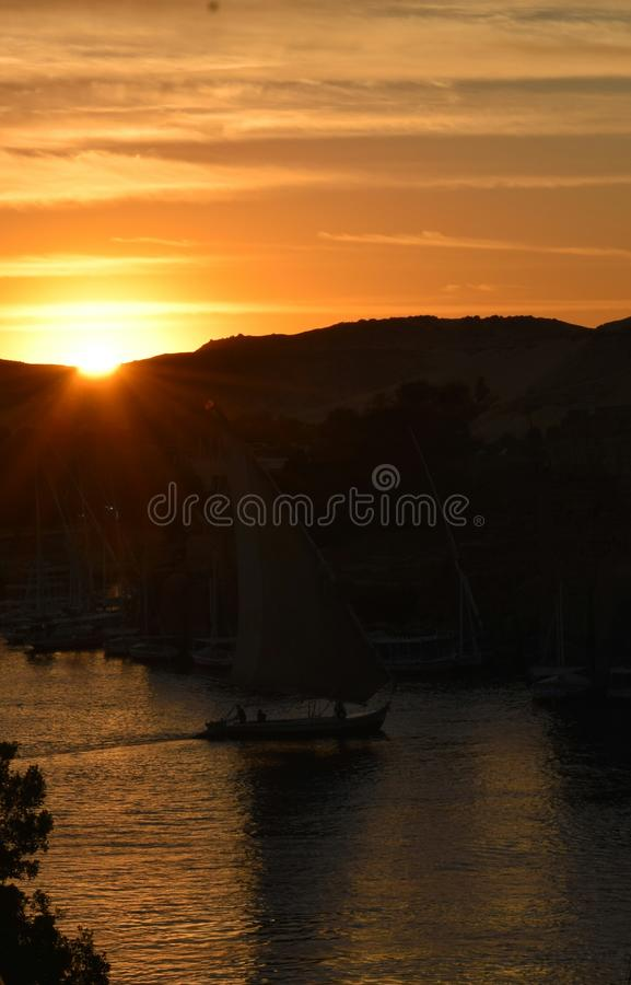 Solnedgång på en flod royaltyfria bilder