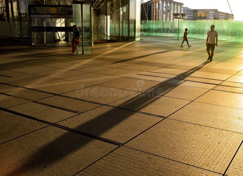 Solnedgång på en gata i La Défense royaltyfri foto