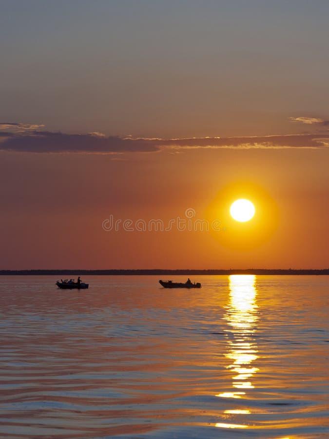 Solnedgång på en nordlig lake royaltyfria bilder