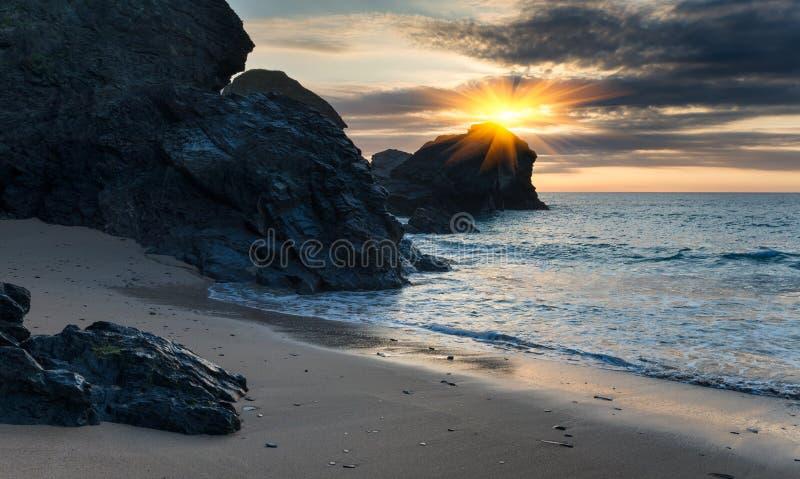 Solnedgång på en Sandy Cove royaltyfria bilder