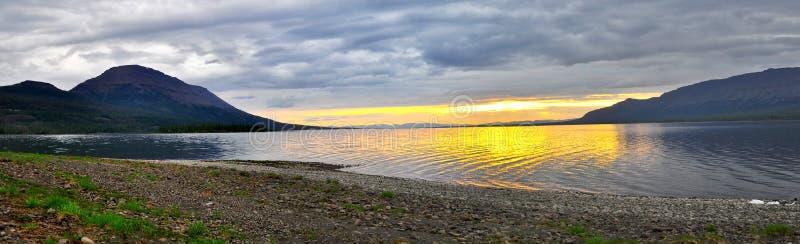 Solnedgång på en sjö i Sibirien royaltyfria foton