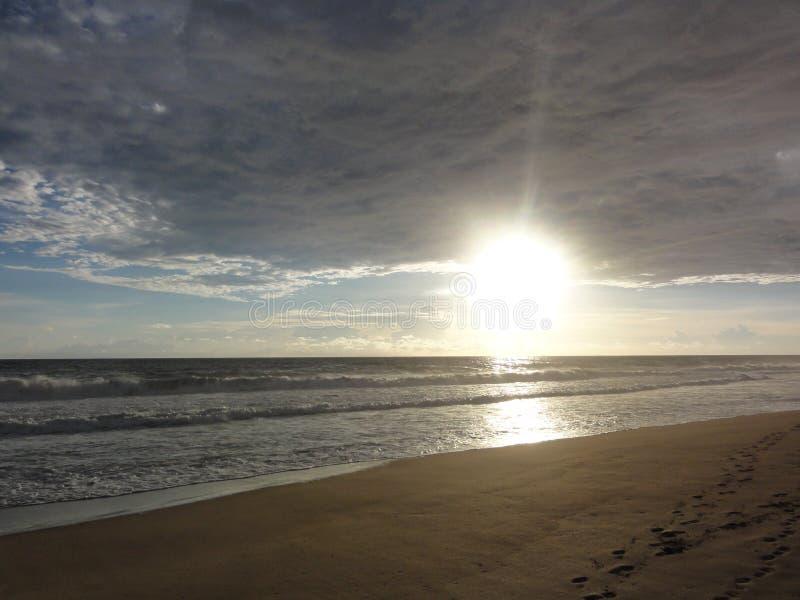 """Solnedgång på en strand av Acapulco †""""Mexico arkivbild"""