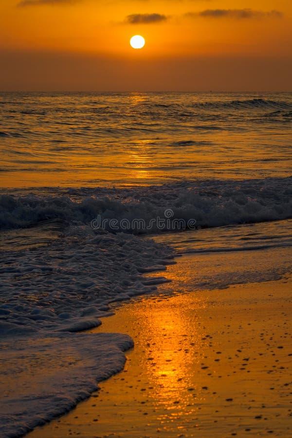 Solnedgång på en strand i Carlsbad Kalifornien i Juli arkivfoton