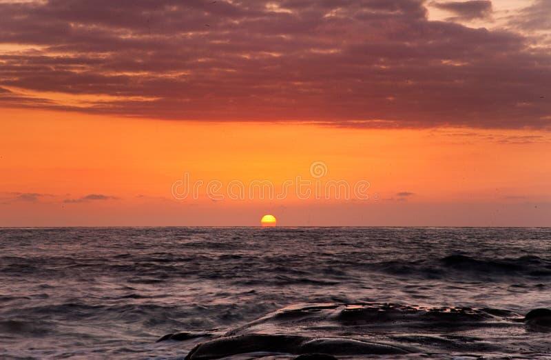 Solnedgång på en strand på västkusten nordliga Kalifornien royaltyfria foton