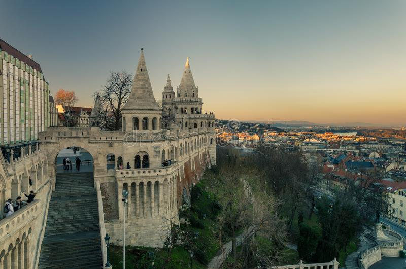 Solnedgång på Fishermanɾn; s-bastion, Budapest, Ungern arkivbilder