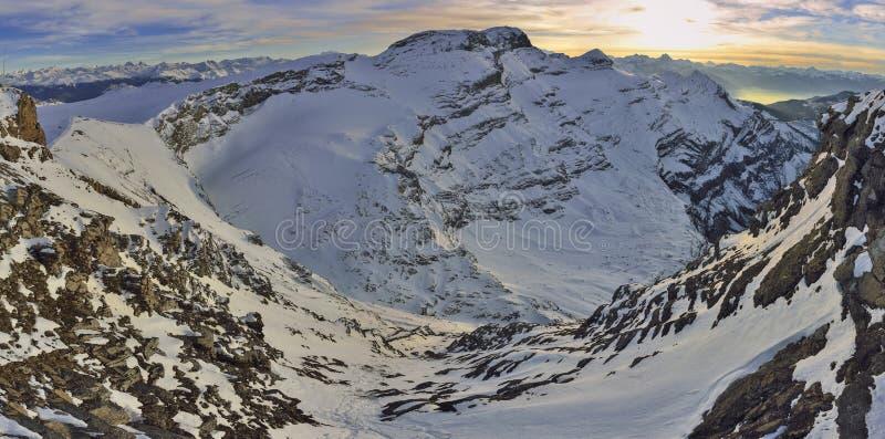 Solnedgång på fjällängar från glaciären 3000 Les Diablerets, Gstaad fotografering för bildbyråer