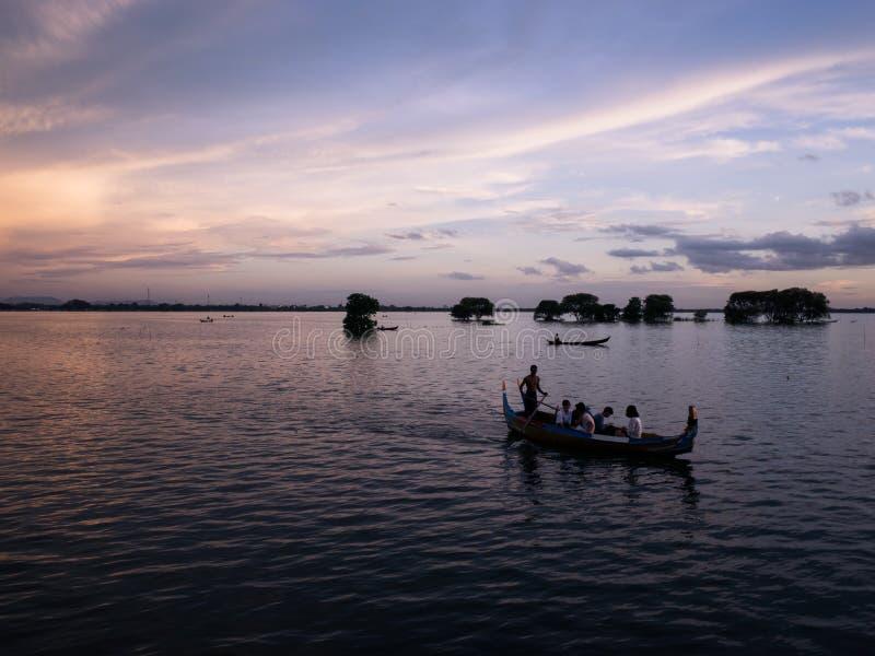 Solnedgång på floden Ayeyarwady nära Mandalay royaltyfri fotografi