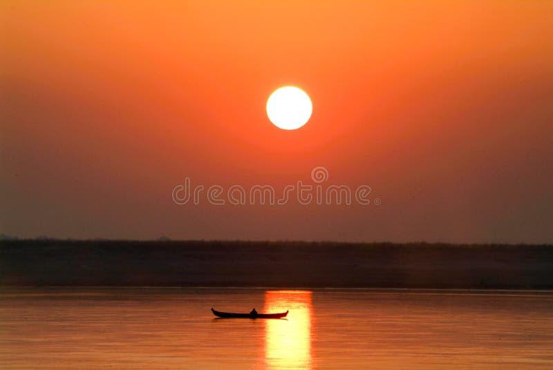 Solnedgång på floden Ayeyarwady nära Mandalay fotografering för bildbyråer