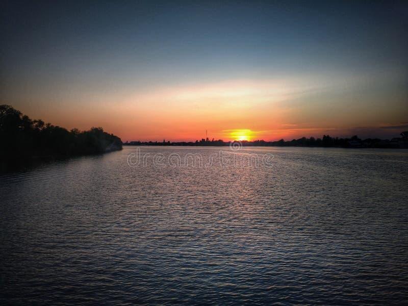 Solnedgång på floden Dnepro arkivfoto