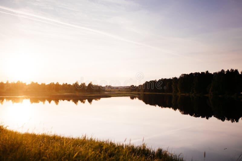 Solnedgång på floden royaltyfria bilder