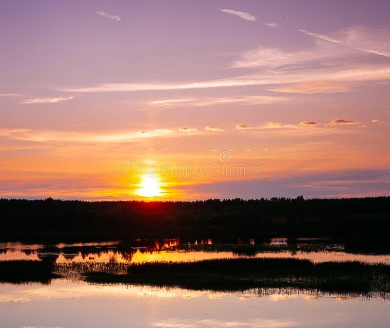 Solnedgång på floden arkivfoto