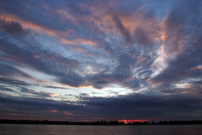 Solnedgång på floden Kama fotografering för bildbyråer