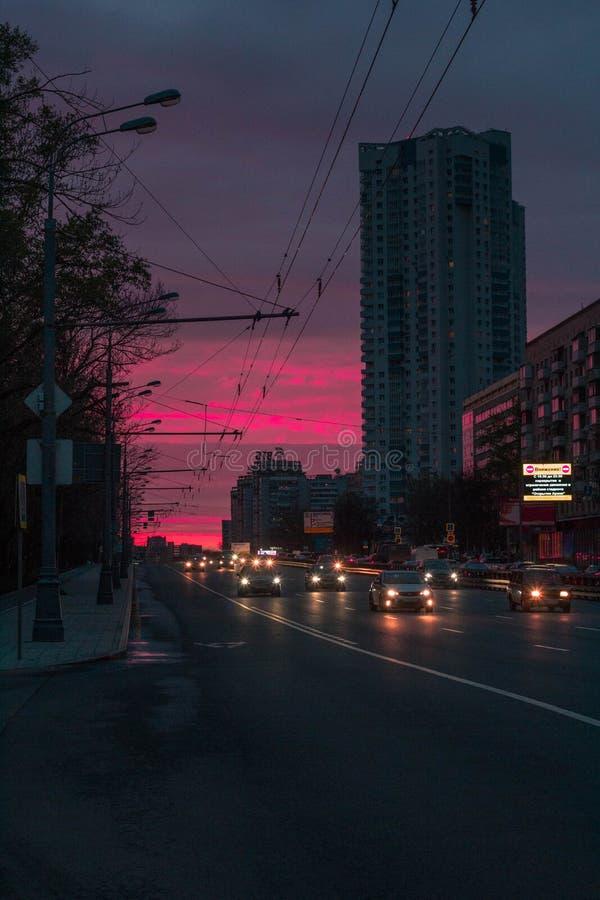Solnedgång på flodstation i Moskva royaltyfri bild