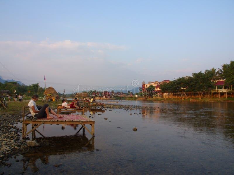 Solnedgång på flodstranden med bergbakgrund, lopp i Vang VI royaltyfri fotografi