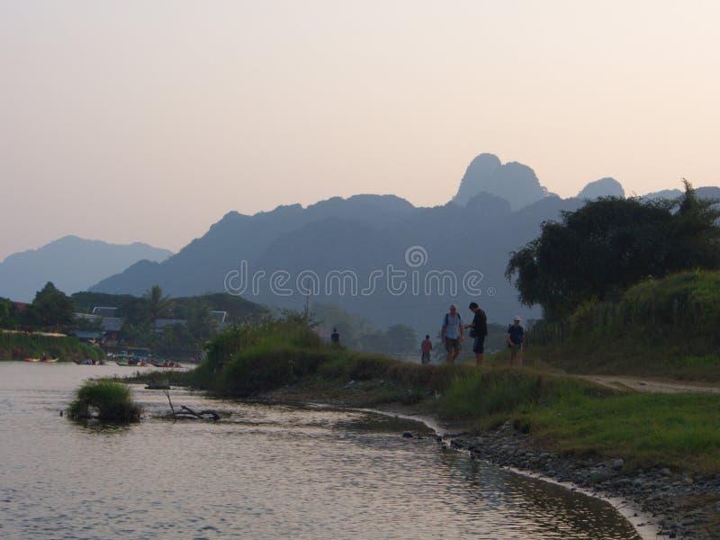 Solnedgång på flodstranden med bergbakgrund, lopp i Vang VI arkivbilder