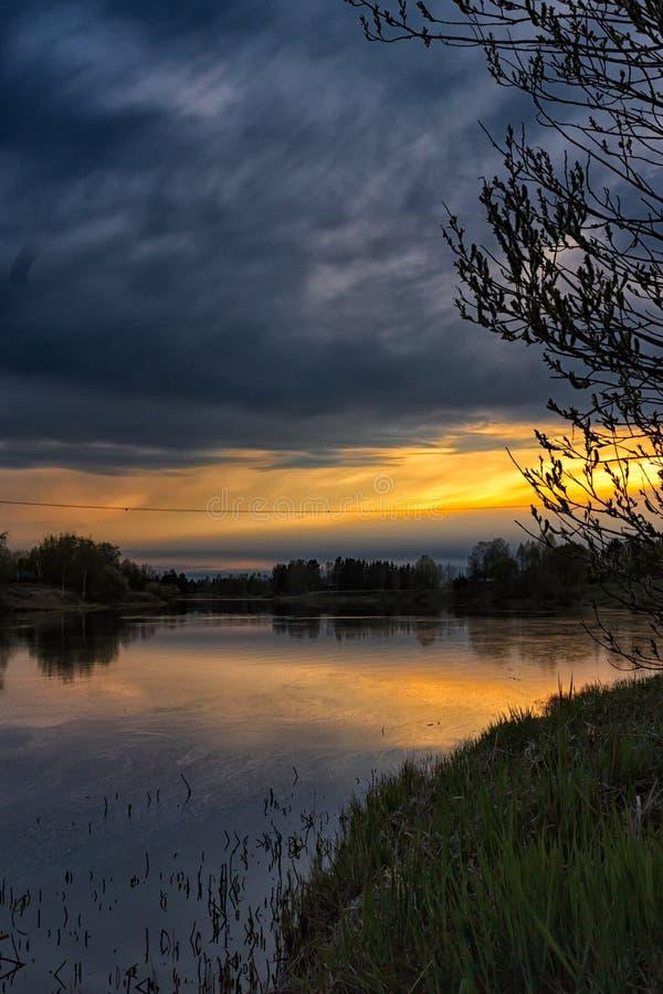 Solnedgång på flodvattnet arkivfoton