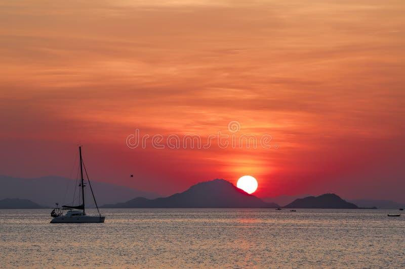 Solnedgång på Flores arkivbild