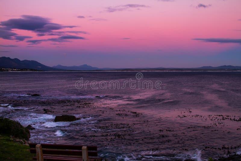 Solnedgång på fotgängarefjärden i Hermanus, Sydafrika royaltyfri bild