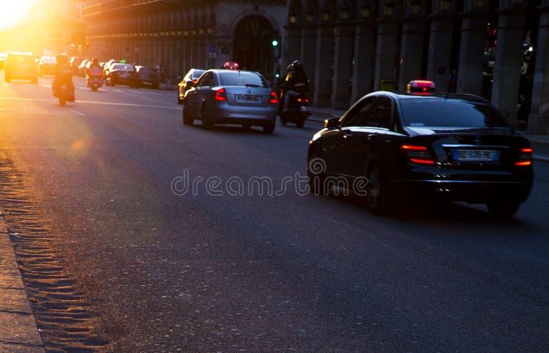 Solnedgång på gatan av Paris, Frankrike royaltyfria bilder