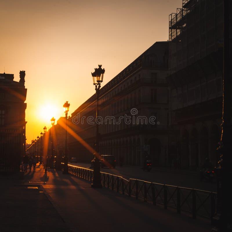 Solnedgång på gatan av Rivoli i Paris royaltyfria foton