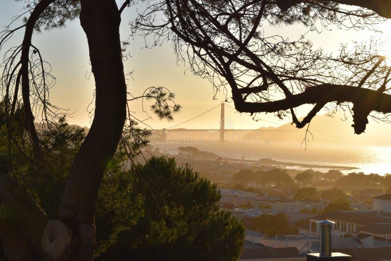 Solnedgång på Golden gate bridge arkivfoto